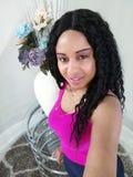 Nätt kvinna i fotografi med blåa blom- ordningar arkivfoton