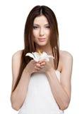 Nätt kvinna i handduk med vitfruktträdgården royaltyfri bild