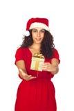 Nätt kvinna i jul med en gåva Arkivbild