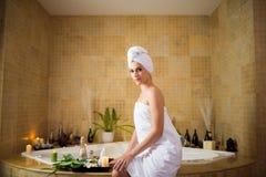 Nätt kvinna i modernt badrum arkivfoton