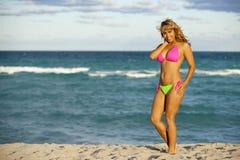 Nätt kvinna i sexig färgrik bikini royaltyfri bild