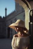 Nätt kvinna i sugrörhatt Fotografering för Bildbyråer