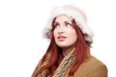 Nätt kvinna i vinterkläder som ser fundersam Royaltyfri Fotografi