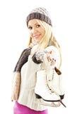 Nätt kvinna med activit för skridskoåkningvintersport royaltyfri bild