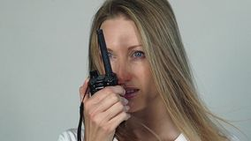 Nätt kvinna med cbradion stock video