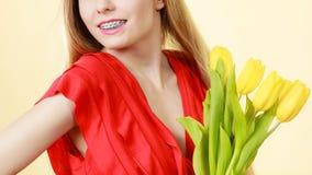 Nätt kvinna med den gula tulpangruppen Royaltyfria Bilder