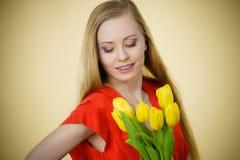 Nätt kvinna med den gula tulpangruppen Royaltyfri Fotografi