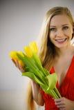 Nätt kvinna med den gula tulpangruppen Royaltyfria Foton
