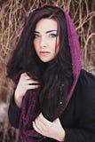 Nätt kvinna med den purpurfärgade halsduken på senare höst arkivfoton