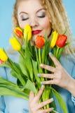 Nätt kvinna med den röda gula tulpangruppen Royaltyfria Bilder