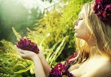Nätt kvinna med den ursnygga blomman arkivbild