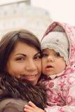 Nätt kvinna med dottern Royaltyfri Foto