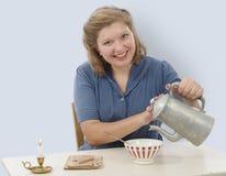 Nätt kvinna med kläder 1940 som dricker kaffe Arkivbilder
