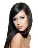 Nätt kvinna med långt hår Arkivfoto