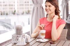 Nätt kvinna med latte i kafeteria Royaltyfri Bild