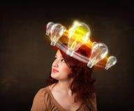 Nätt kvinna med ljusa kulor runt om hennes huvud Royaltyfri Foto