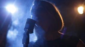 Nätt kvinna med mic stock video
