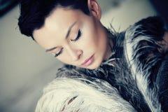 Nätt kvinna med ostrichfjädrar Royaltyfri Foto