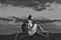 Nätt kvinna med vin över himmel Royaltyfri Foto