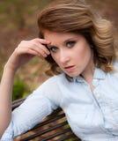 Nätt kvinna på bänk fotografering för bildbyråer