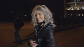 Nätt kvinna på gatan på natten stock video