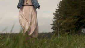 Nätt kvinna på sommarfält lager videofilmer