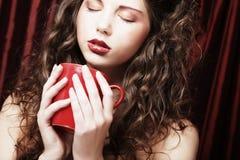 nätt kvinna som dricker kaffe Royaltyfria Foton
