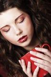 Nätt kvinna som dricker kaffe Arkivfoton