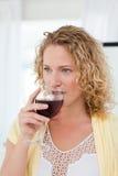Nätt kvinna som dricker någon wine 免版税图库摄影