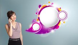 Nätt kvinna som framlägger abstrakt utrymme och mor för anförandebubblakopia Fotografering för Bildbyråer