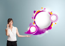Nätt kvinna som framlägger abstrakt utrymme och mor för anförandebubblakopia Royaltyfri Bild