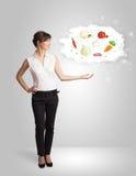 Nätt kvinna som framlägger ett moln av den sunda näringsrika grönsaken Royaltyfri Foto
