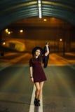 Nätt kvinna som går på gatan Arkivfoton