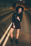 Nätt kvinna som går på gatan Arkivbild