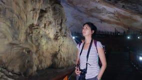 Nätt kvinna som går till och med en grotta lager videofilmer