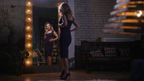 Nätt kvinna som hemma beundrar reflexion i spegel lager videofilmer
