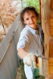 Nätt kvinna som målar hennes hus Arkivfoton