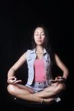 Nätt kvinna som mediterar i lotusblommapositionen Arkivbilder