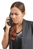 Nätt kvinna som oroas av mobiltelefonen Arkivbild