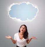 Nätt kvinna som ser abstrakt molnkopieringsutrymme Arkivfoto