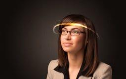 Nätt kvinna som ser med futuristiska tekniskt avancerade exponeringsglas Arkivbilder