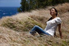 Nätt kvinna som ser upp med ett leende Fotografering för Bildbyråer