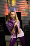 Nätt kvinna som sjunger på konserten Arkivfoto