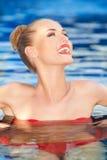 Nätt kvinna som skrattar, medan simma Arkivfoton