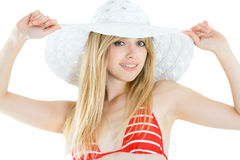 Nätt kvinna som slitage den röda baddräkten och hatten royaltyfri fotografi