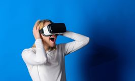 Nätt kvinna som spelar leken i virtuell verklighetexponeringsglas Rolig kvinna som erfar teknologi för grej 3D - tätt upp förbluf royaltyfri fotografi