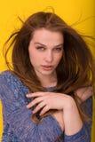 Nätt kvinna som spelar med hennes långa silkeslena hår Royaltyfria Bilder