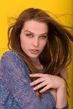 Nätt kvinna som spelar med hennes långa silkeslena hår Arkivfoto