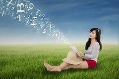 Nätt kvinna som utomhus rymmer den digitala minnestavlan Arkivbilder