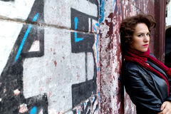 Nätt kvinna som väntar på grafittiväggen Arkivfoton
